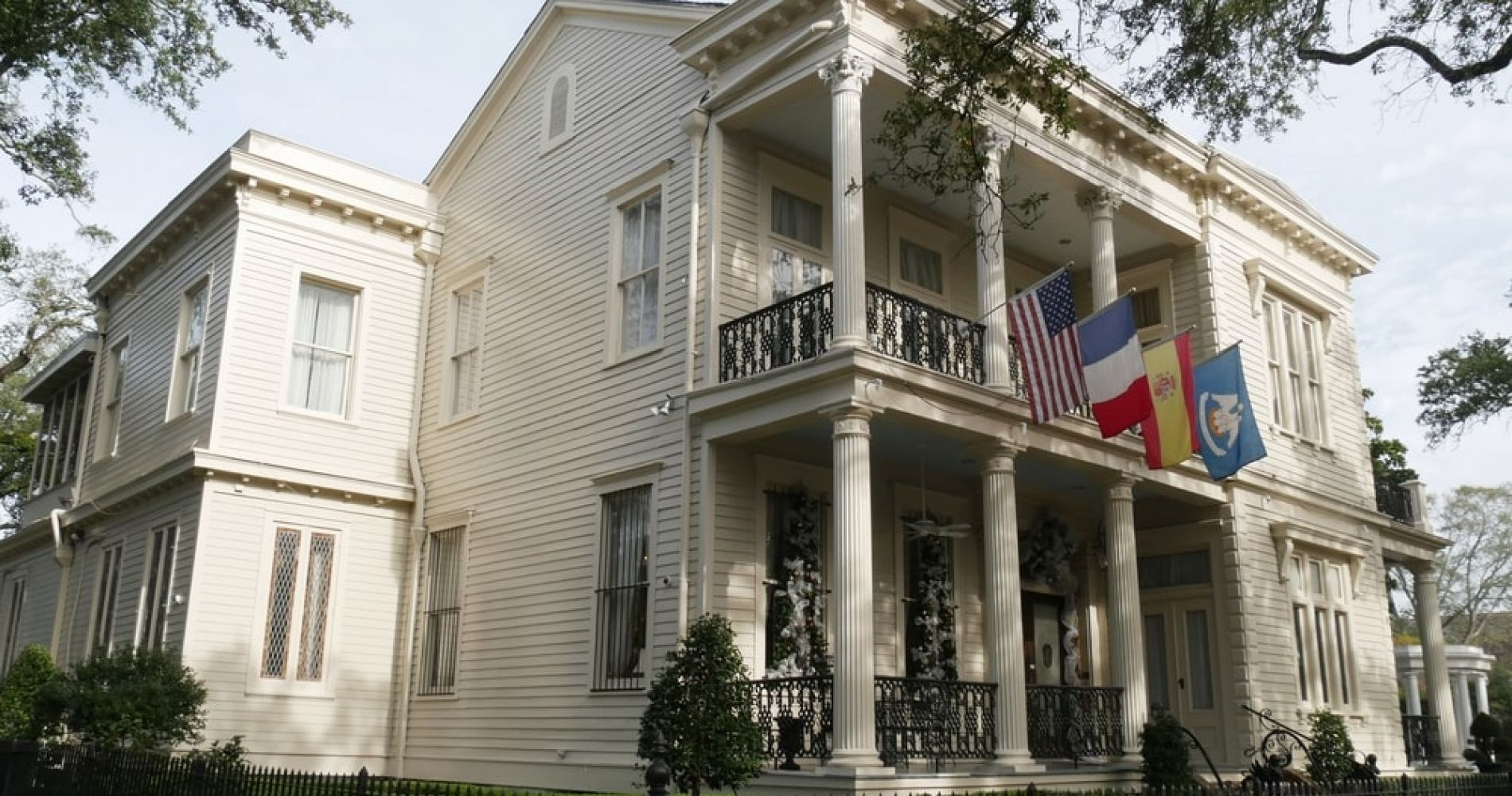 Do a Self Guided Tour of the Mansions in New Orleans Garden District